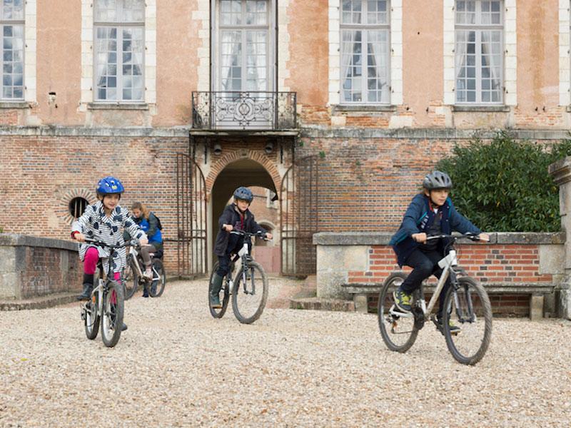 Enfant faisant du vélo au chateau saint fargeau