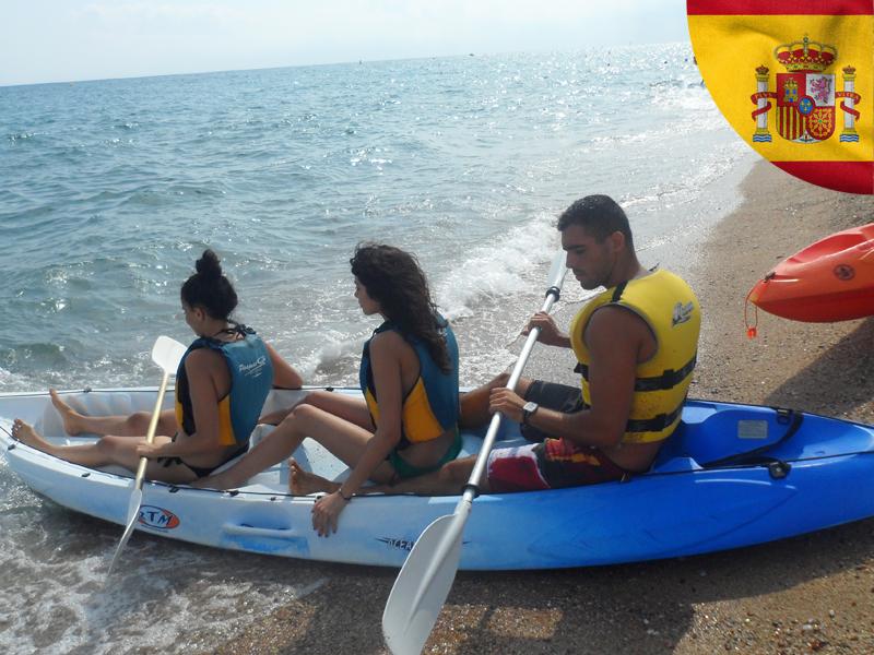 trois ados sur un kayak en colonie de vacances de toussaint en Espagne