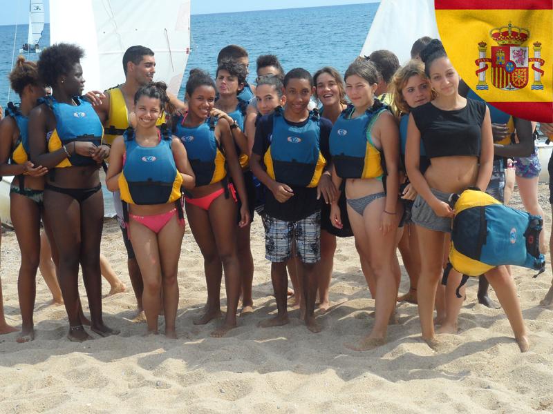 groupe d'ados avec gilet de sauvetage en colonie de vacances en espagne