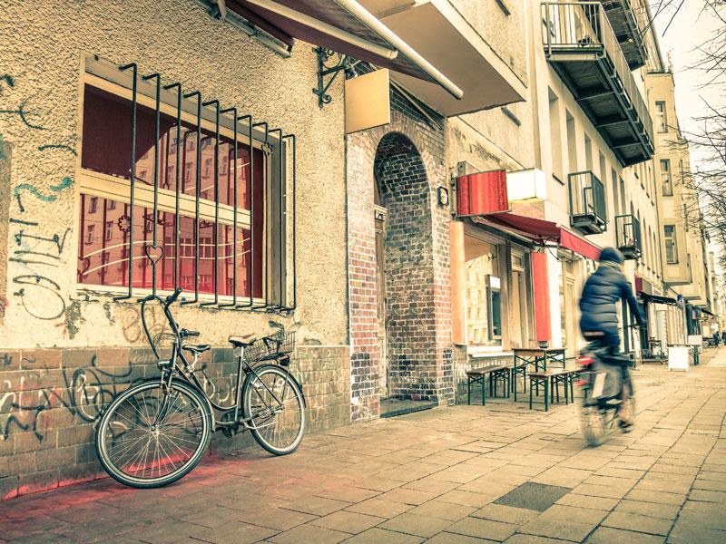 vue sur les tags et street art de Berlin en colonie de vacances cet automne