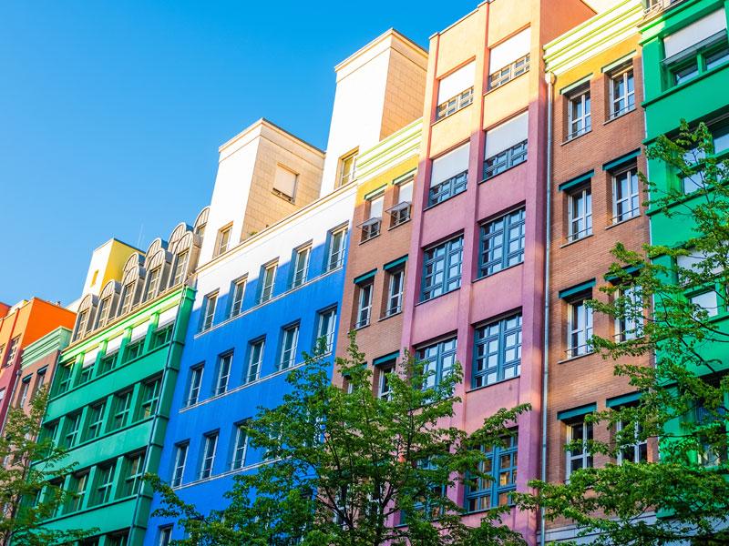 batiments colorés de Berlin en colonie de vacances pour ados à la toussaint