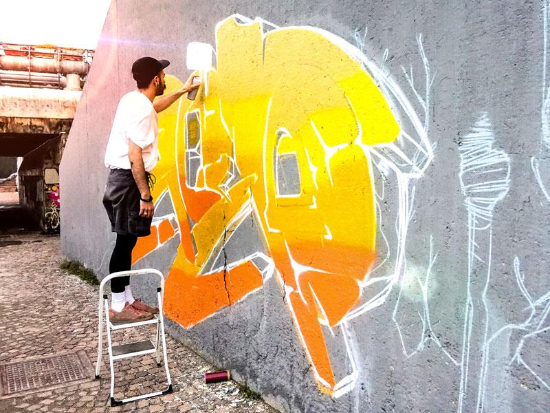 ado faisant du street art en colonie de vacances cet automne à Berlin