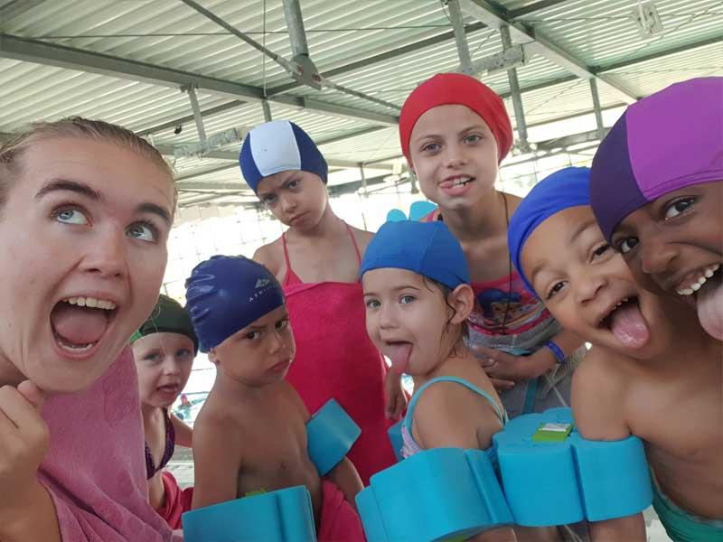 Groupe d'enfants à la piscine cet automne en colo