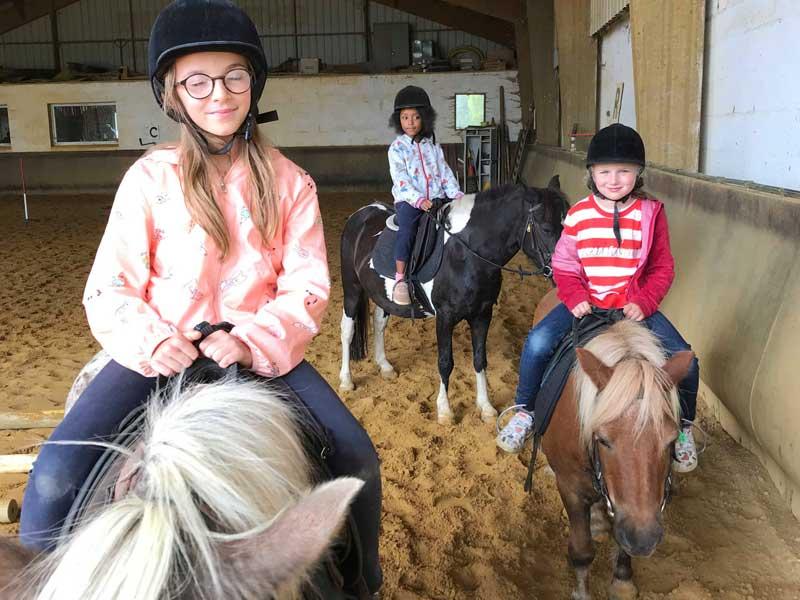 Enfants faisant de l'équitation en colo cet automne