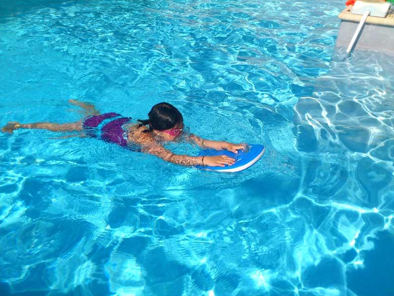 enfant apprenant à nager en colo