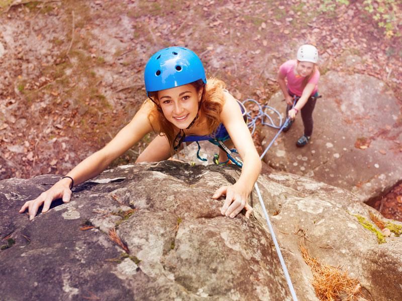 Adolescente faisant de l'escalade en colonie de vacances cet automne