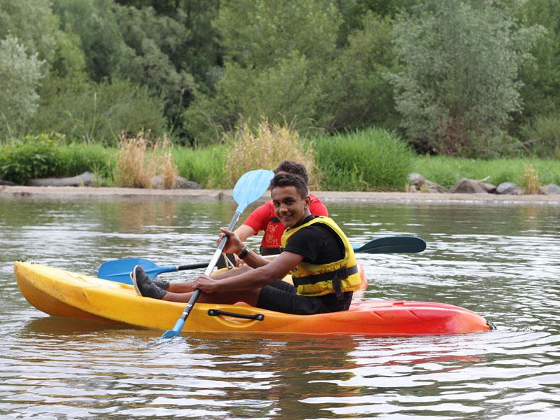 adolescente faisant du kayak en colonie de vacances à la montagne