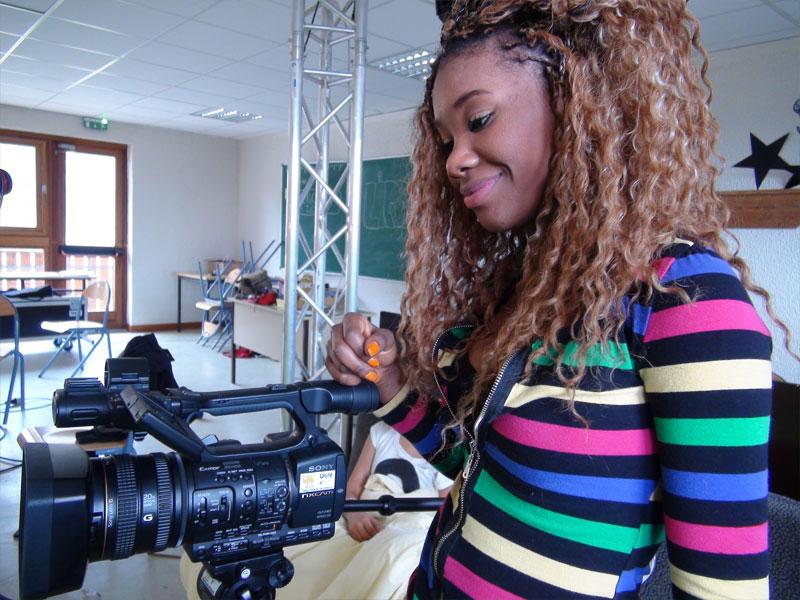Jeune fille tenant la caméra et filmant un court métrage en colonie de vacances à la montagne à la toussaint