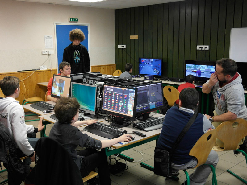 salle de jeux vidéos en colonie de vacances pour enfants et adolescents