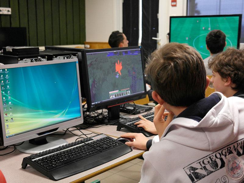 enfants dans une salle informatique de la colonie de vacances de jeux vidéos de cet automne