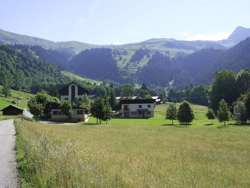 vue sur le paysage du centre de colonie de vacances à la montagne cet automne
