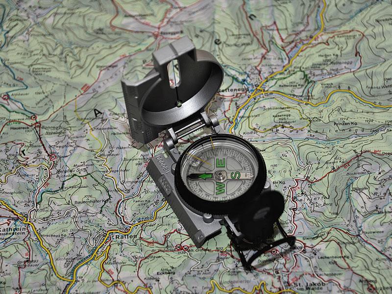 Boussole sur une carte en colonie de vacances pour enfants à la montagne