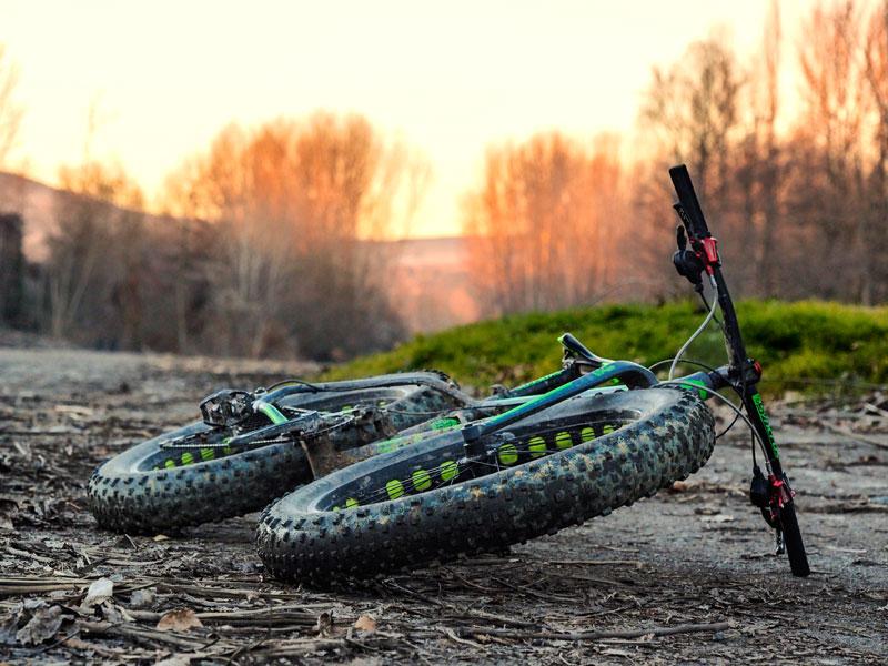 vélo tout terrain posé sur un chemin de terre à la montagne