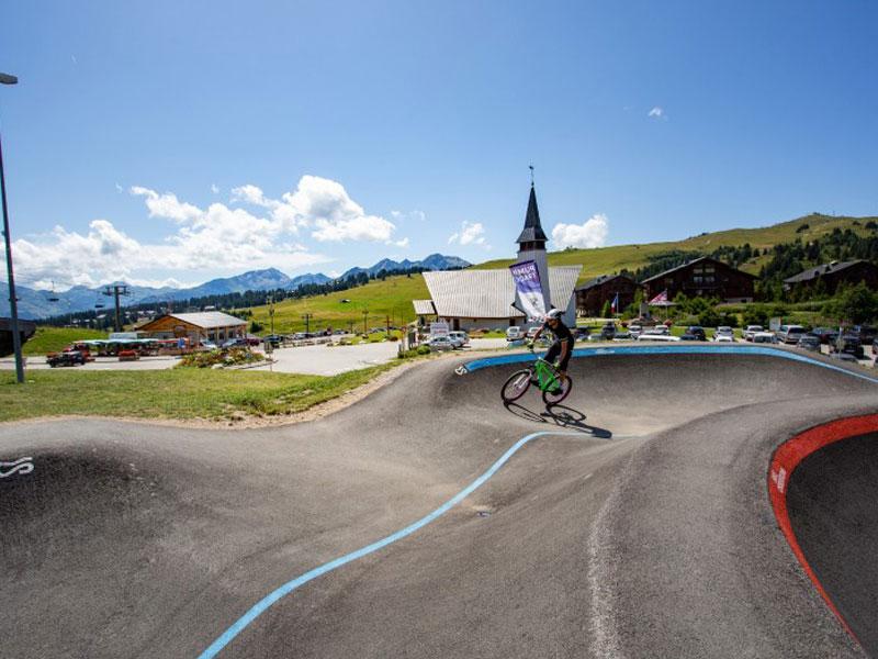 adolescent pratiquant le vélo sur circuit en colonie de vacances à la montagne