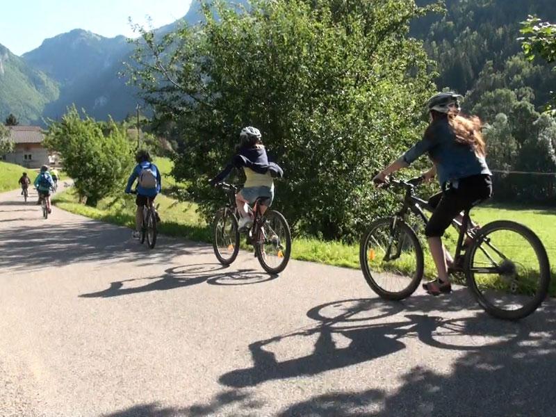 adolescents en balade à vélo cet automne en colo