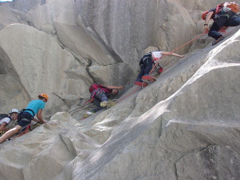 groupe de préadolescents découvrant la via ferrata en colonie de vacances à la montagne