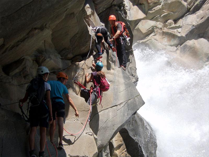 groupe d'adolescents découvrant la via ferrata en colo à la montagne cet automne