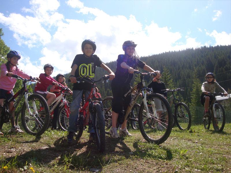 groupe de préadolescents faisant du VTC en colonie de vacances à la montagne