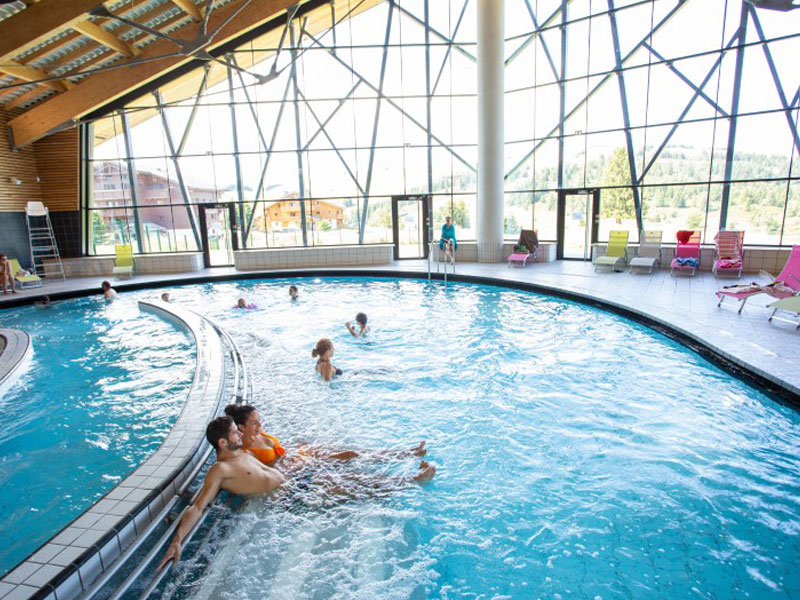 adolescents dans un parc aquatique en colonie de vacances à la montagne