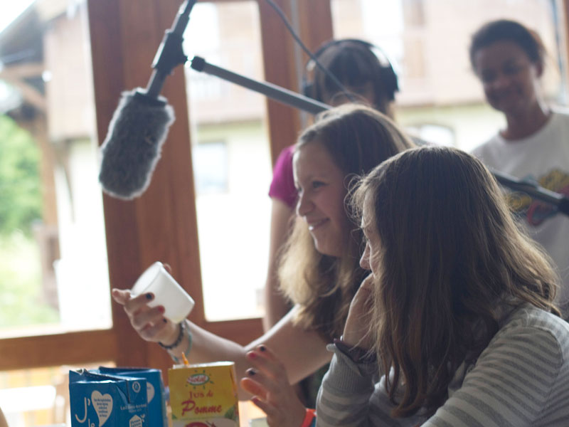 Enfants filmant un court métrage en colonie de vacances