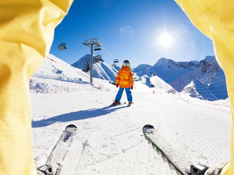 Enfants qui dévalent les pistes de ski en colo