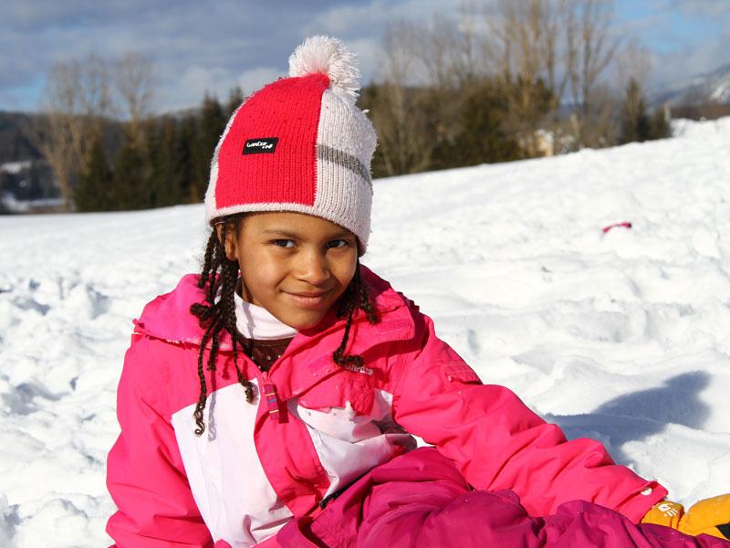 portrait d'une fillette en vacances à la montagne en colo