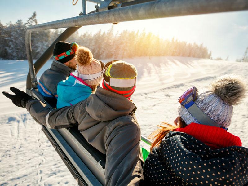 adolescents sur un télésiège en colonie de vacances à la montagne cet hiver