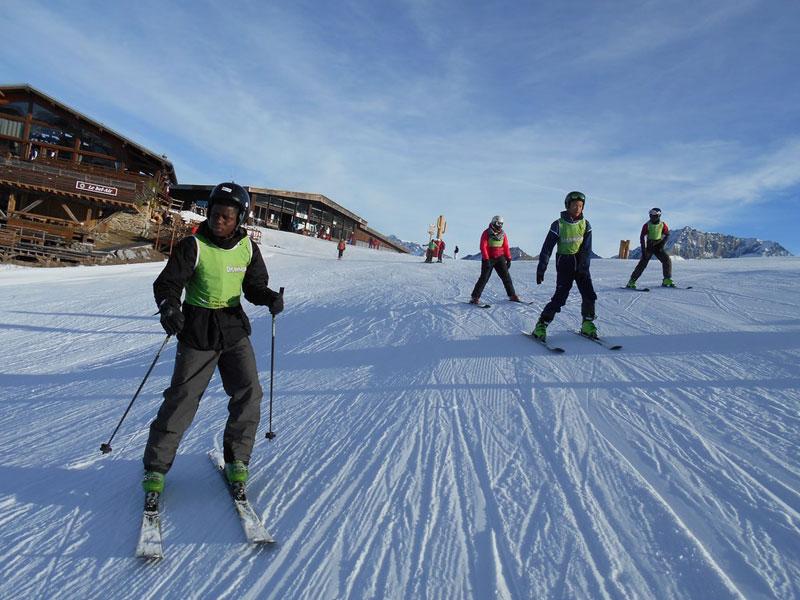 adolescents faisant du ski en colonie de vacances ski