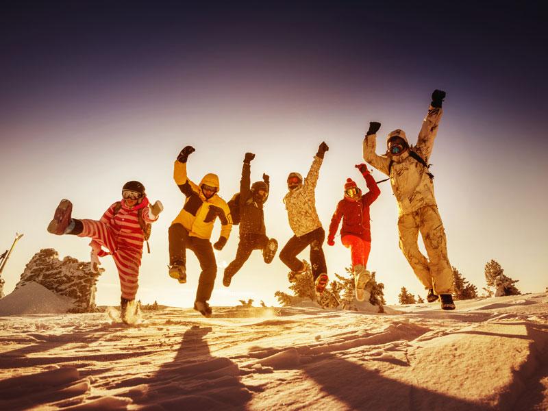 groupe d'enfants et ados heureux en colonie de vacances au ski