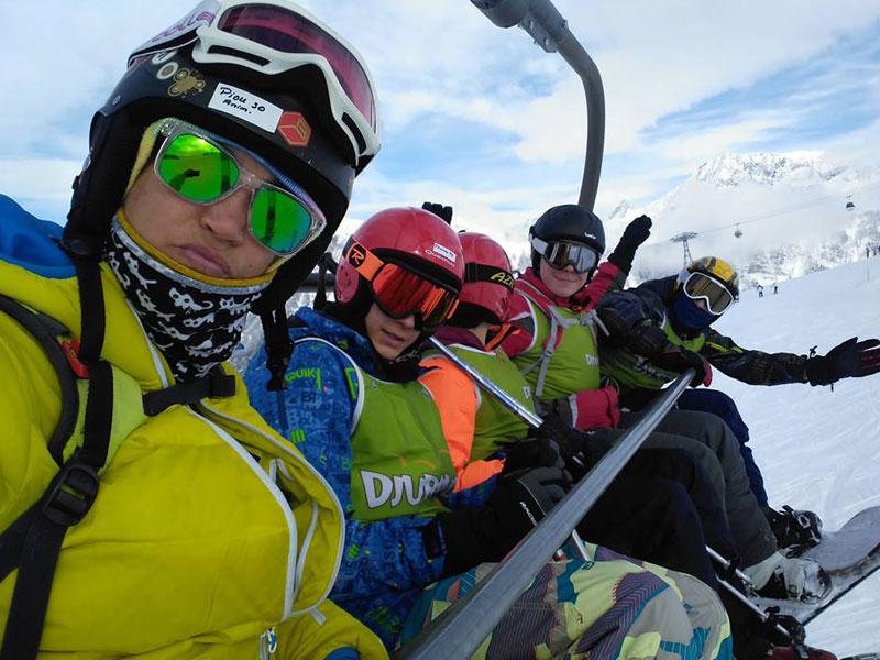 selfie d'adolescents sur un télésiège en colonie de vacances au ski