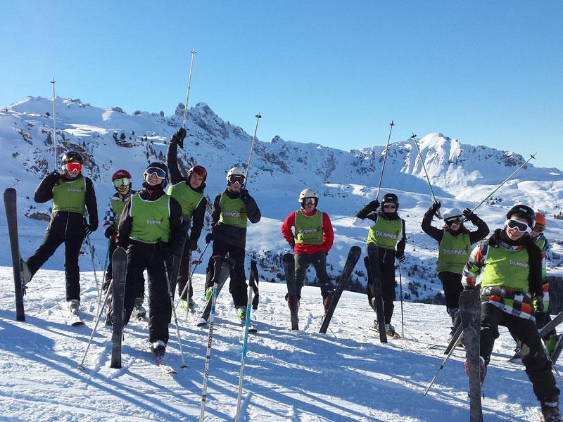 groupe d'adolescents en colonie de vacances ski à Noël