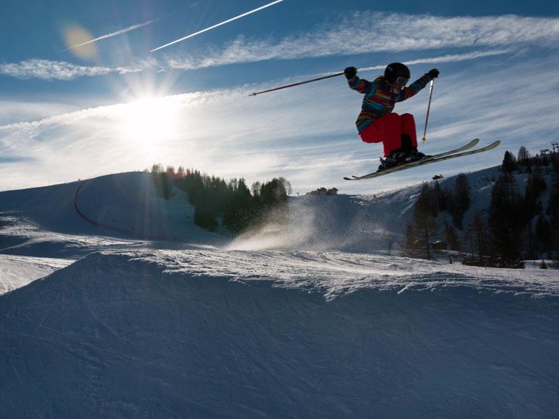 ado faisant du saut à ski en colonie de vacances à la montang