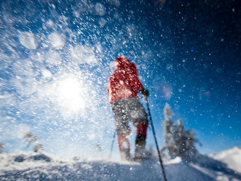 ado faisant des dérapages dans la neige en colonie de vacances ski