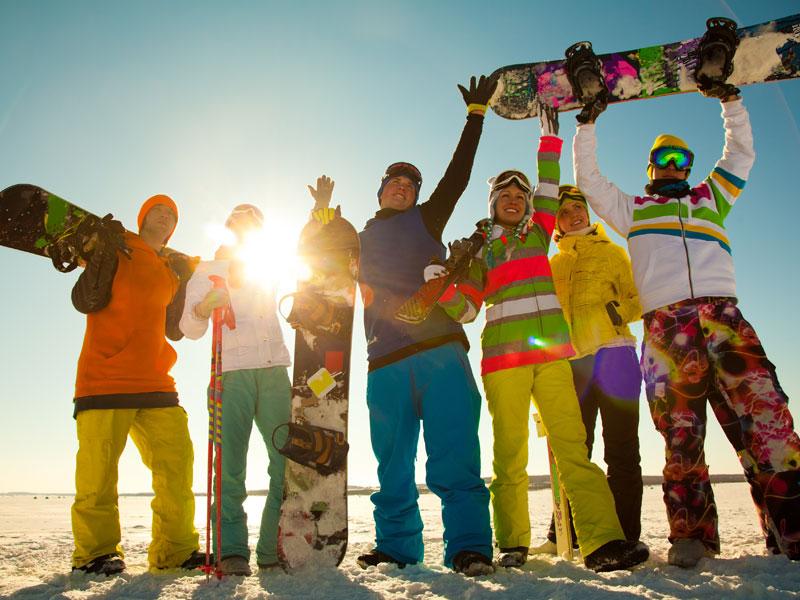 groupe d'ados en colonie de vacances snowboard