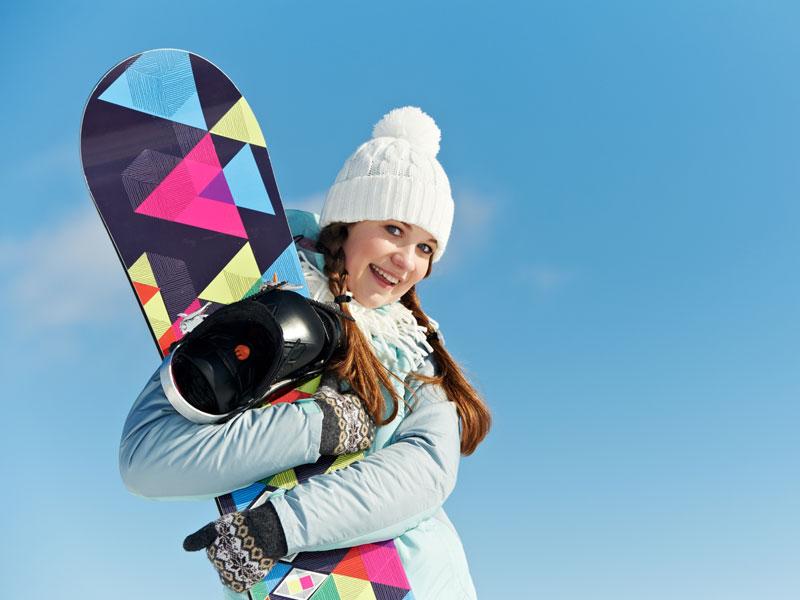 adolescente avec sa planche de snowboard en colonie de vacances