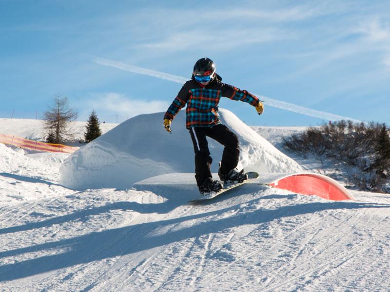 ado qui s'entraine au snowboard en colonie de vacances