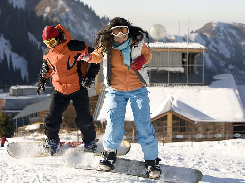 deux ados faisant du snowboard en colonie de vacances