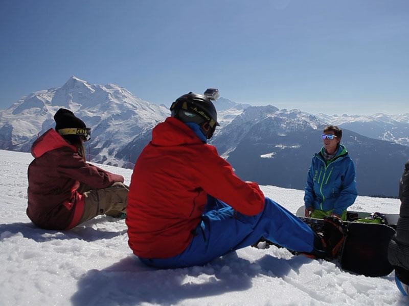 ados sur les pistes avec leur planche de snowboard en colo