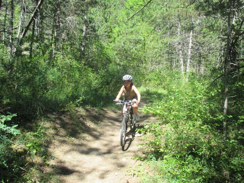Enfant à vélo dans les bois