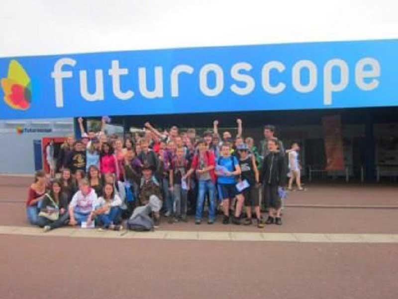 Groupe d'enfants en colonie de vacances au futuroscope cet automne