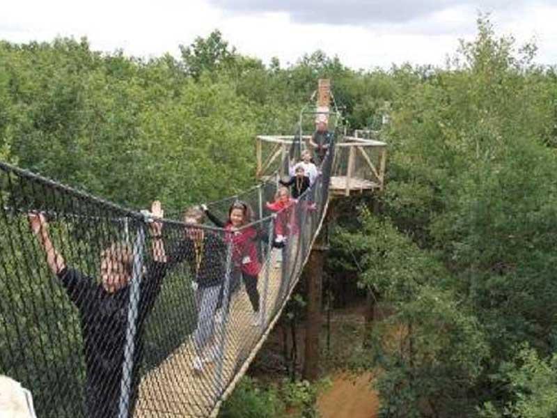 Enfants sur un pont en colonie de vacances au Futuroscope