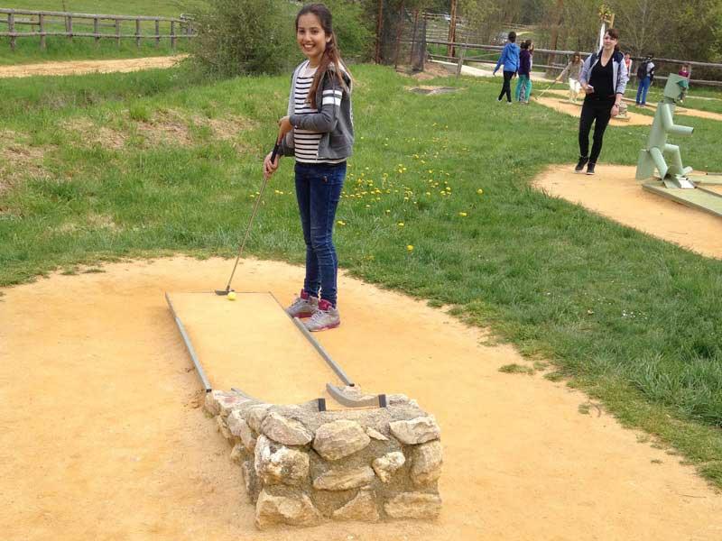 Jeune fille jouant au mini golf en colonie de vacances cet automne