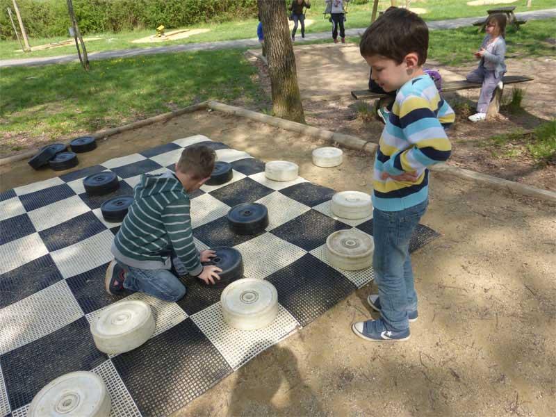 Enfants jouant aux échecs grandeur nature cet automne en colo