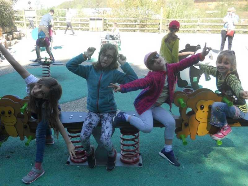 groupe d'enfants jouant ensemble en colonie de vacances cet automne