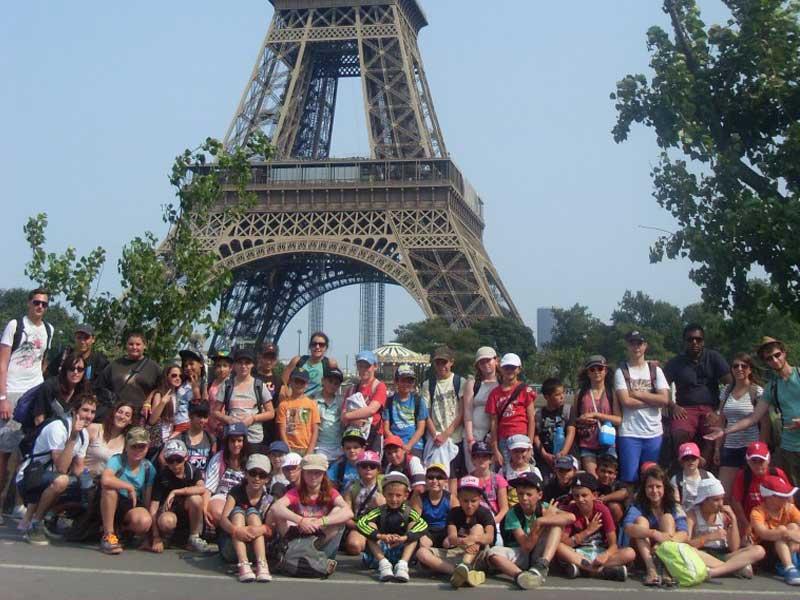 Groupe d'ados au pied de la tour Eiffel en colo à Paris
