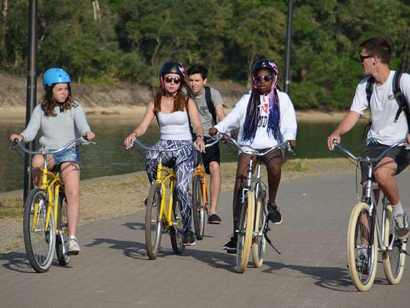 adolescents en rando à vélo en colo cet automne