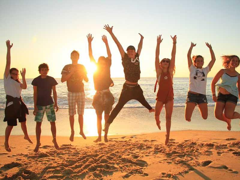 Groupe d'ados à la plage en colo à l'océan à la toussiant