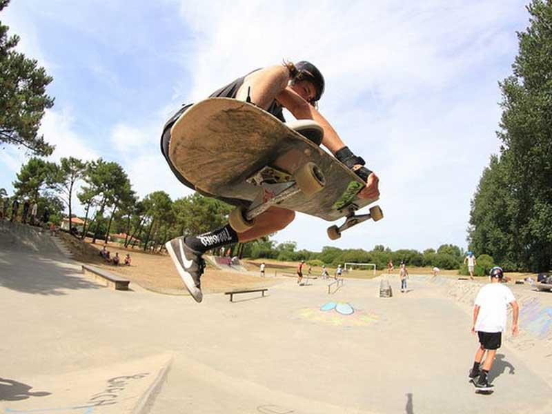 Ado faisant du skateboard en colo cet automne