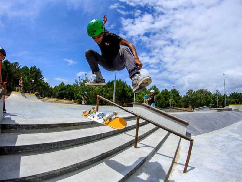 Ado faisant du skate en colo à la toussaint