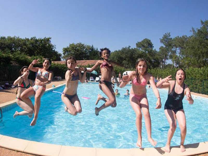 Groupe de préados à la piscine en colonie de vacances toussaint